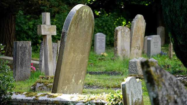 burial-cemetery-countryside-cross img
